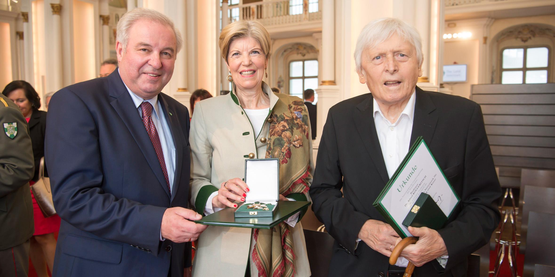 Landeshauptmann Hermann Schützenhöfer, Karin Schaupp und Alfred Kolleritsch (v.l.) mit Ehrenzeichen und Urkunden bei der Verleihung der Ehrenzeichen des Landes Steiermark.