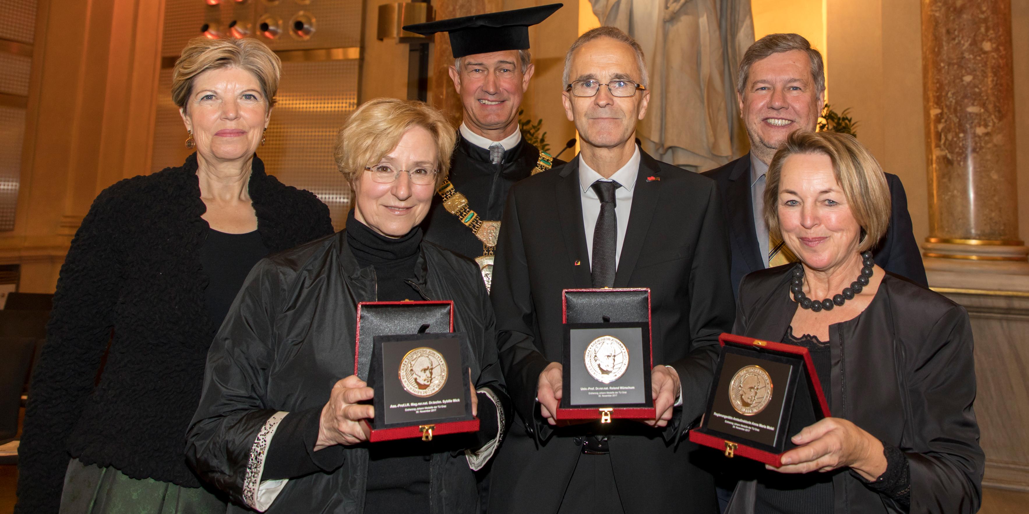 Von links nach rechts: Vorsitzende des Universitätsrates Karin Schaupp, Sybille Mick, Rektor Harald Kainz, Roland Würschum, Senatsvorsitzender Gernot Kubin und Anna Maria Moisi bei der Verleihung der Erzherzog-Johann-Medaillen in der Aula der TU Graz.