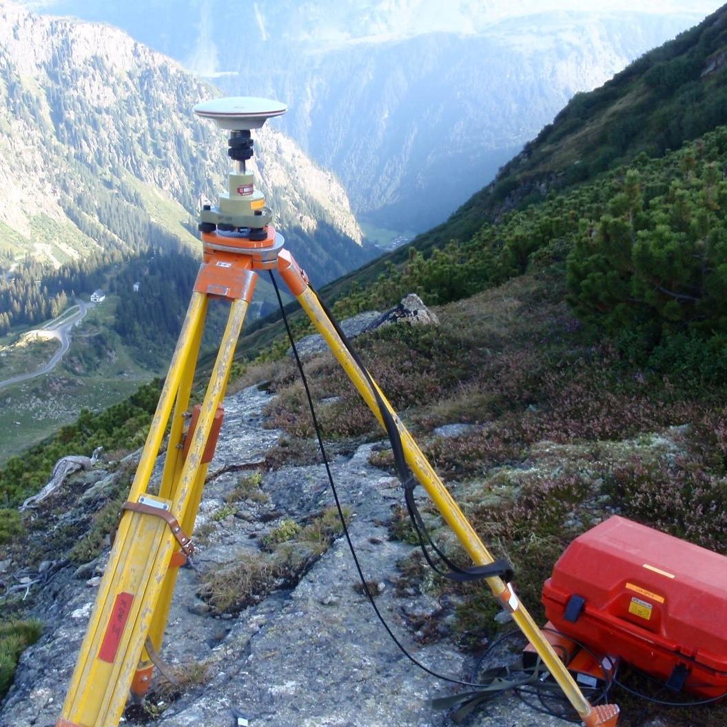 Vermessungsinstrument auf einem Berg